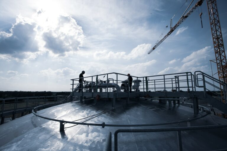 Kremsmüller-Mitarbeiter am Dach eines aus Duplex-Stahl errichteten Tanks bei Neptune Energy in Geeste, Lingen, Deutschland