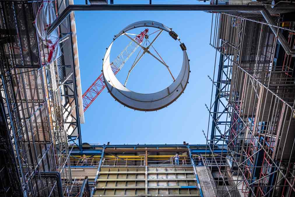 Ein Teilsegment des neuen Wärmespeichers von Kremsmüller wird in das Heizkraftwerk Würzburg eingehoben