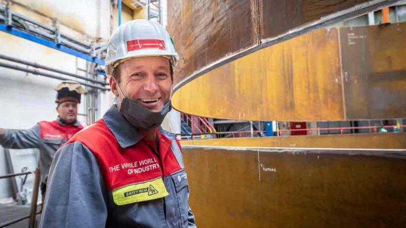 Kremsmüller Mitarbeiter vor Wärmespeicher für Heizkraftwerk Würzburg
